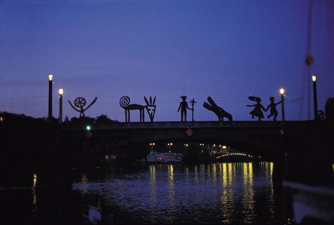 Nadim Karam & Atelier Hapsitus (Naji Moujaes, Ramona Abdo, Makram el-Kadi), Untitled, 1994-1997, Manes Bridge, Prague, Courtesy the artist and Ayyam Gallery