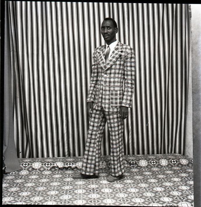 Malick Sidibé A moi seul, 1978 Tirage argentique baryté Papier : 50 x 60 cm Signé et daté © Malick Sidibé Courtesy Galerie MAGNIN-A, Paris.