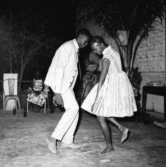 Malick Sidibé Nuit de Noël (Happy Club), 1963 Tirage argentique baryté Image : 100x 100 cm Papier : 120 x 120 cm Signé et daté © Malick Sidibé Courtesy Galerie MAGNIN-A, Paris